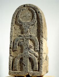 Basalt-Stela-Decorated-with-a-Bulls-head-Bethsaida-8th-cent-BCE-press-res.jpg